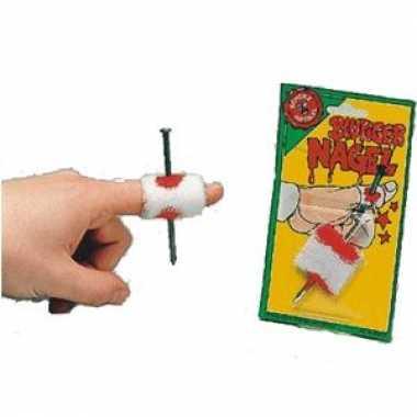 Nep spijker door je vinger